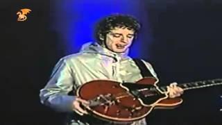 Gustavo Cerati cantando por los micrófonos de la guitarra