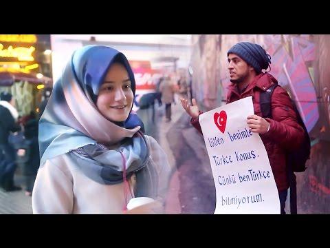فيديو: يمني في تركيا يحمل لوحة طالباً من المارة تعليمه اللغة التركية