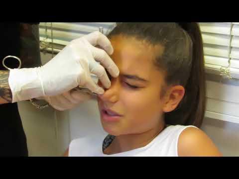 �Andrea se hace su primer piercing!