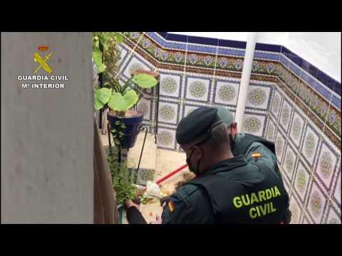 Guardia Civil auxilia a una mujer en Córdoba