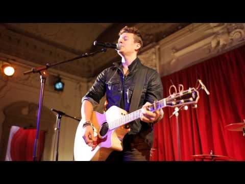 Tyler Ward - Live Cover of Wonderwall - Live in London HD 2013