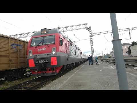ЭП1М-592 со скорым поездом №49 Кисловодск Санкт-Петербург прибывает на станцию Невинномысск