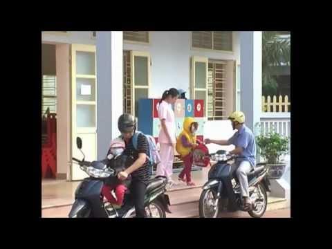 Phụ huynh đưa các bé đến Trường mầm non Hồng Nhung