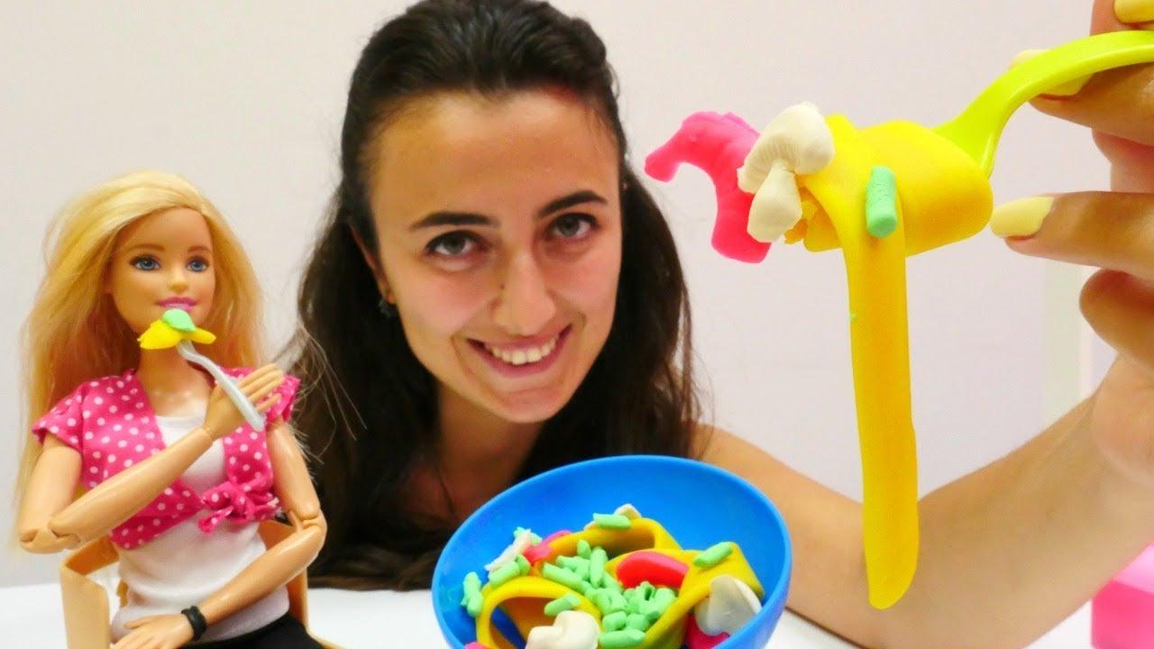 Barbie ile yemek yapma oyunları. Kukla videosu Barbie, Ken ve Chelsea ile.