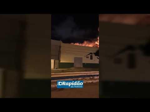 Bombeiros combatem incêndio de grandes proporções na Zona Oeste de Aracaju