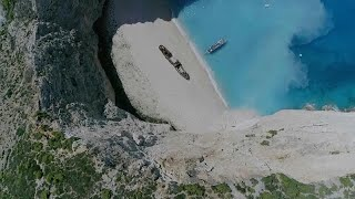فيديو: إصابة 7 سائحين بعد انهيار صخري فوق شاطئ في اليونان…