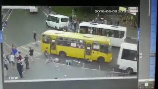 Смотреть видео Ужасное ДТП 09 08 2018 Москва Мытищи наезд на пешеходов онлайн