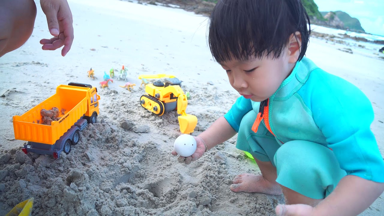 น้องปลาวาฬ l หาไข่ไดโนเสาร์บนหาดทราย Dinosaur