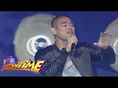 Jay-R naki-party at kumanta sa It's Showtime