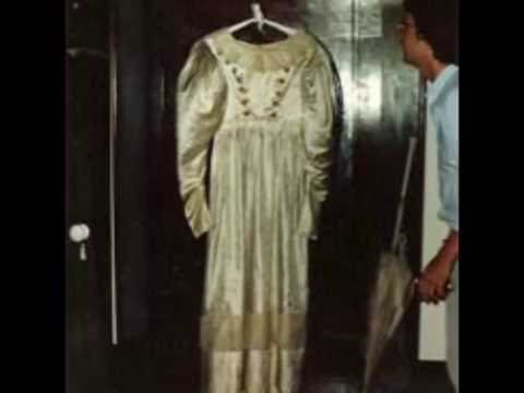 un vestido de novia que baila solo