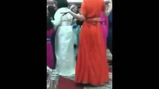 أجنبية ترقص الشعبي بطريقة غريبة في أحد الأعراس المغربية