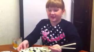Едим изготовленные роллы и суши.(Зачем смотреть описание смотрите видео., 2016-03-29T02:16:37.000Z)