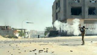 شاهد بالفيديو.. قذيفة لتنظيم الدولة تمر بجانب مقاتل في الجيش الحر