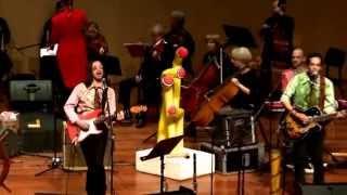 להקת אומהגומה ותזמורת הבמה הישראלית בהצגה עם שירי הביטלס לכל המשפחה.