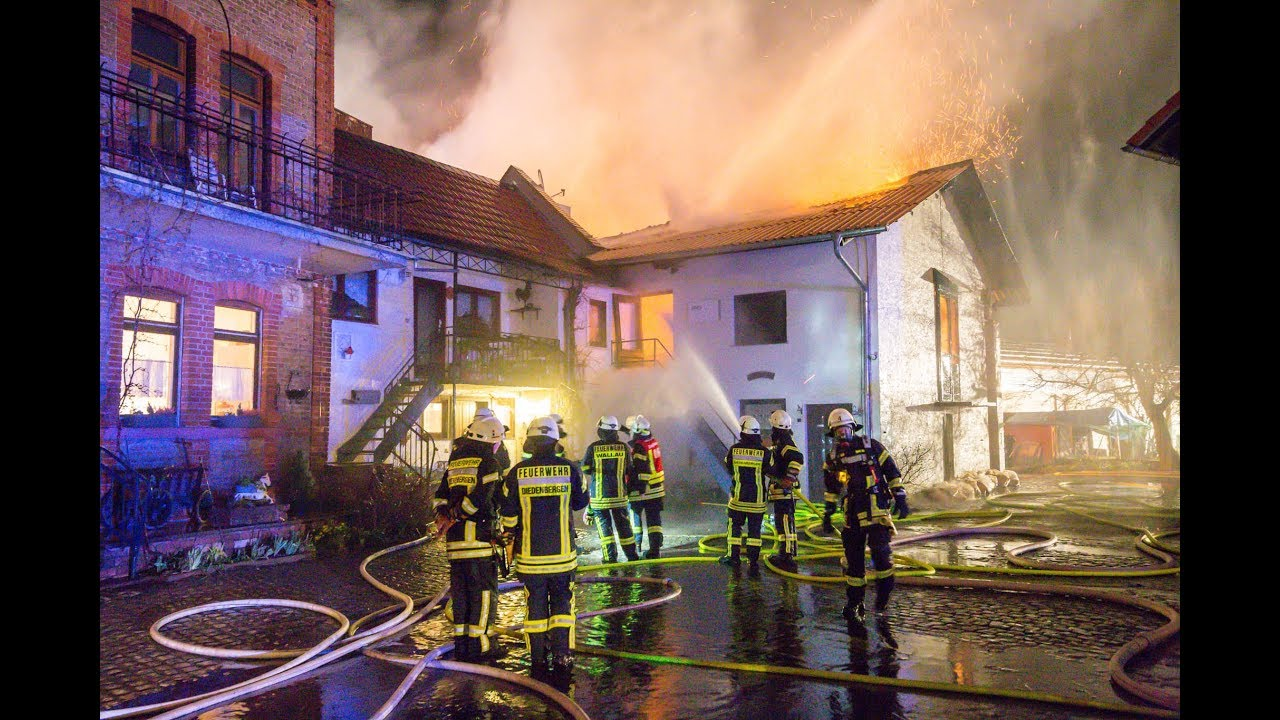 Großbrand einer Schreinerei in Wallau – 10 Bewohner in Sicherheit gebracht