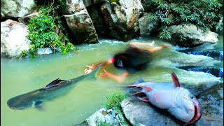 Women finding fish in Water Many Head - Catch fish by hand cooking Delicious