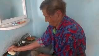 Бабушка моя моет тряпку