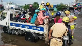 Hình ảnh hiếm khi CSGT dùng xe chuyên dụng giúp đỡ người dân qua đường ngập nước