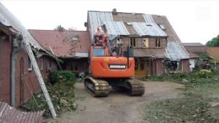 Unwetter verwüstet Häuser und Scheunen