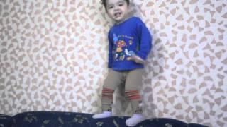 дети, малыш зажигает, танцы в 2 годика,видео уроки,прикол :-))