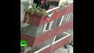 China: rescatan a una niña que había quedado colgando de un balcón