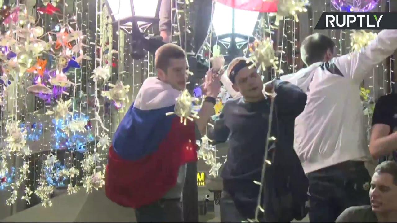 Болельщики в центре Москвы отмечают старт ЧМ-2018