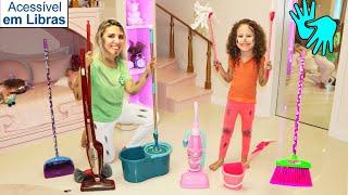 👋🏻 LIBRAS 👋  Valentina finge brincar com brinquedos de limpeza e ajuda a mamãe