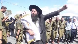 הכנסת ספרי תורה לבסיס נצח יהודה