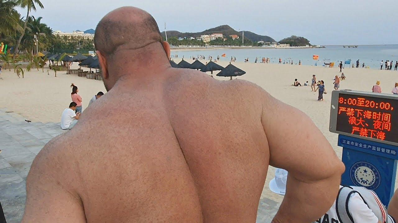 Что за гигант! Бой на пляже