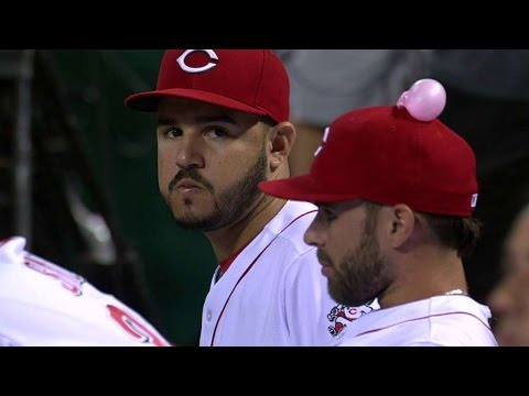 CHC@CIN: Reds Prank Peraza With Gum On His Hat