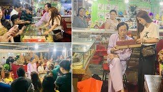 """Hoài Linh diện bà ba đi bán trầm hương ở hội chợ Xuân cùng con gái nuôi khiến cả hội chợ """"náo loạn"""""""