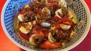 Овощной салат с авокадо и перепелиными яицами