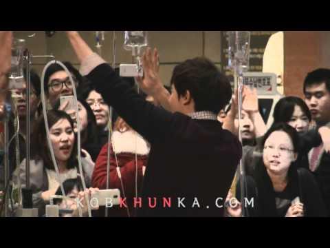 [Fancam] 111227 Nichkhun(닉쿤) : Samsung Medical Center - Hands up (by. @Udie624)