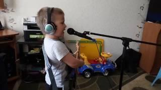 Ребенок 5ти лет пытается спеть песню руки вверх