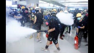 香港抗议者和防暴警察8月21日晚在西铁元朗站发生对峙