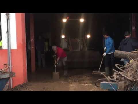 Rafa Nadal ayuda a achicar agua tras las inundaciones en Mallorca