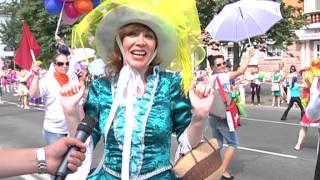 Центр Перми превратился в цветочный луг(Центральная улица Перми превратилась в настоящий цветочный луг. В праздничном карнавальном шествии, посвя..., 2013-06-13T07:35:44.000Z)