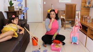 ANNY BRINCANDO DE SER MÃE DA SUA MÃE E FINGE BRINCAR COM BRINQUEDOS DE LIMPEZA / Anny helps Mommy!
