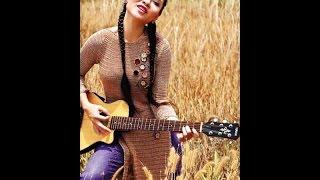 Ca sĩ Mai Khôi đàn hát với Guitar