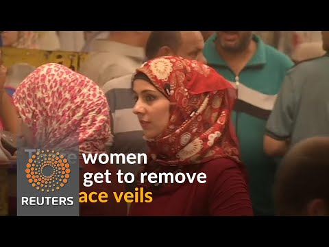 Iraqi women remove face veils post-Islamic State