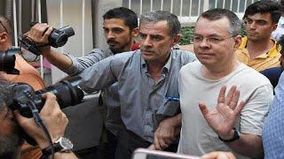شاهد: القس الأمريكي برونسون يغادر تركيا إلى ألمانيا ثم أمريكا …