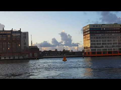 Van de ijhallen met de pont naar Amsterdam centraal over het Ij