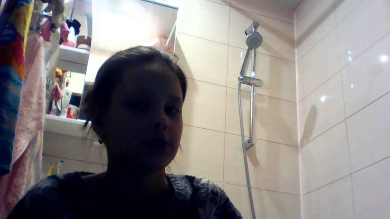 zhopu-devushki-prinimayut-dush-v-odezhde-ochen