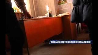 видео В Оторвановке упавшее дерево разрушило крышу частного дома