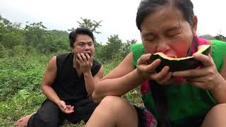 Survival skills - Primitive life finding food meet litchi fruit and watermelon - Eating delicious
