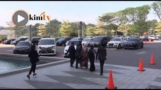 Nurul Izzah keluar Parlimen, media gagal dapat respons