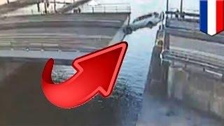 Голландец попытался проехать через разводящийся мост... и не успел