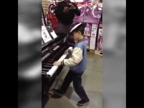 Entra per caso in un negozio di musica e lascia tutti senza fiato!