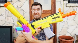 FORTNITE in REAL LIFE with the legendary Scar, Handcannon and Pistol from NERF!