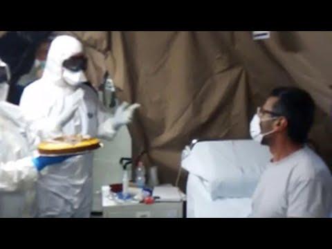 Coronavirus, medici commuovono un paziente festeggiando il suo compleanno nell'ospedale da campo